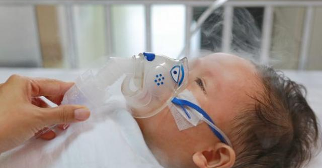 Con bị suy hô hấp, gặp biến chứng nguy hiểm, phải nằm viện, thở máy do 4 lầm tưởng của cha mẹ về virus RSV