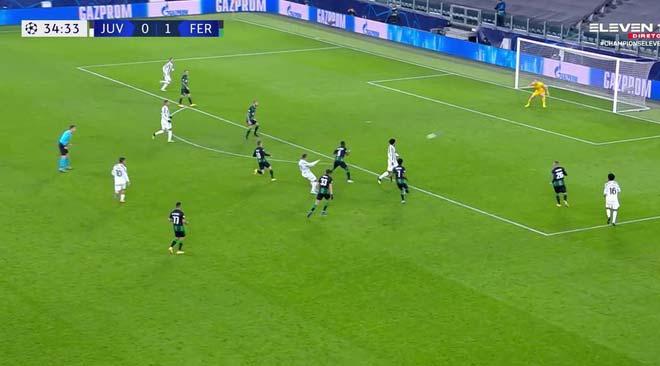 Ronaldo san bằng kỷ lục của Messi, làm điều đặc biệt với đối thủ là fan