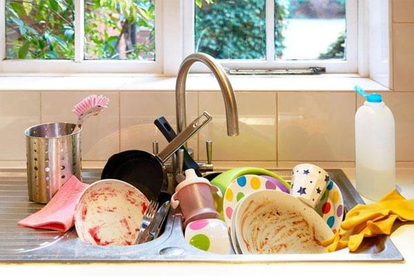 Phân loại các đồ dùng cần rửa theo kích cỡ và mức độ bám dầu mỡ khác nhau