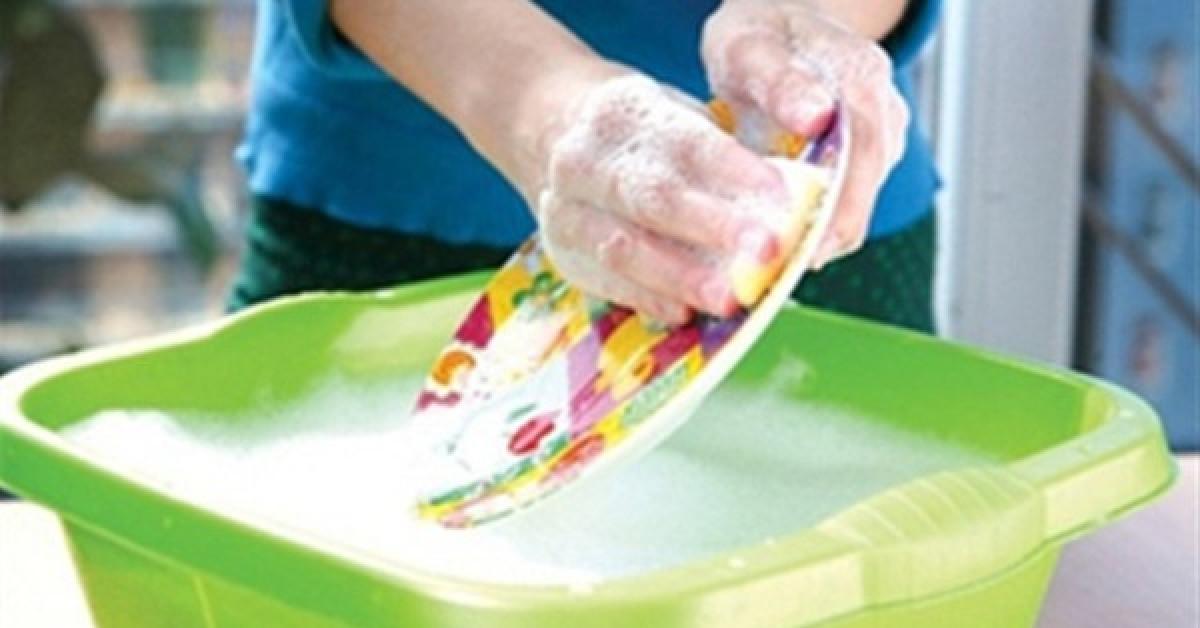Không nên đổ trực tiếp nước rửa vào chén bát hay miếng giẻ rửa bát