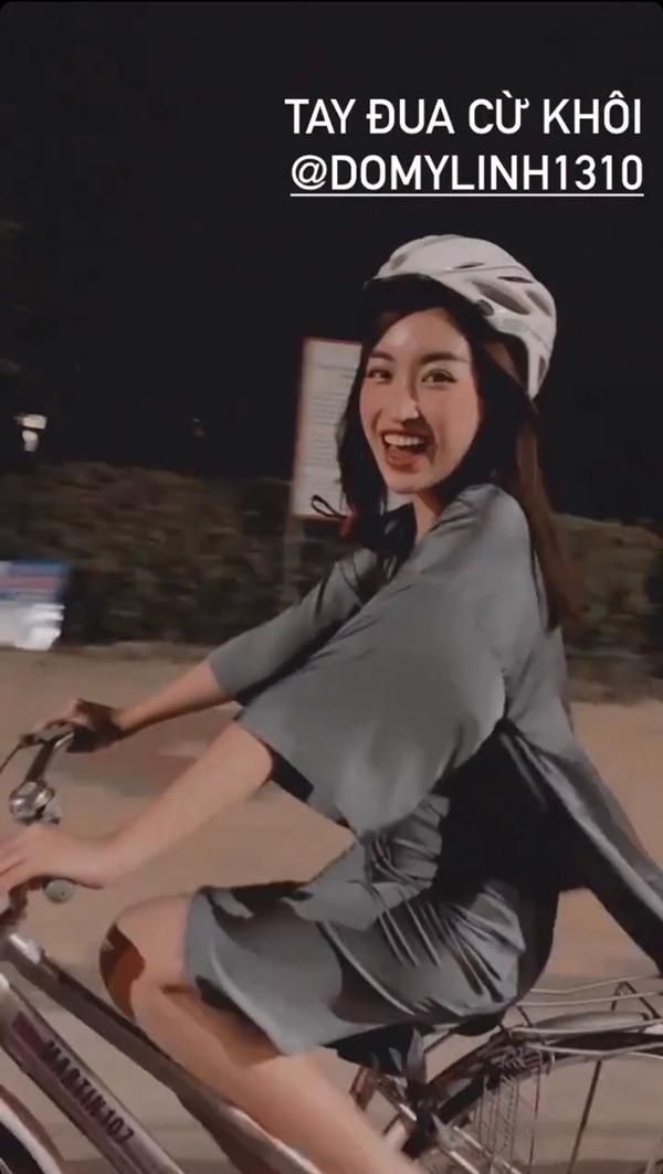 """Mặc váy lụa mỏng tang """"đua"""" xe đạp, Đỗ Mỹ Linh khiến dân tình """"thót tim"""" lo sự cố - 3"""