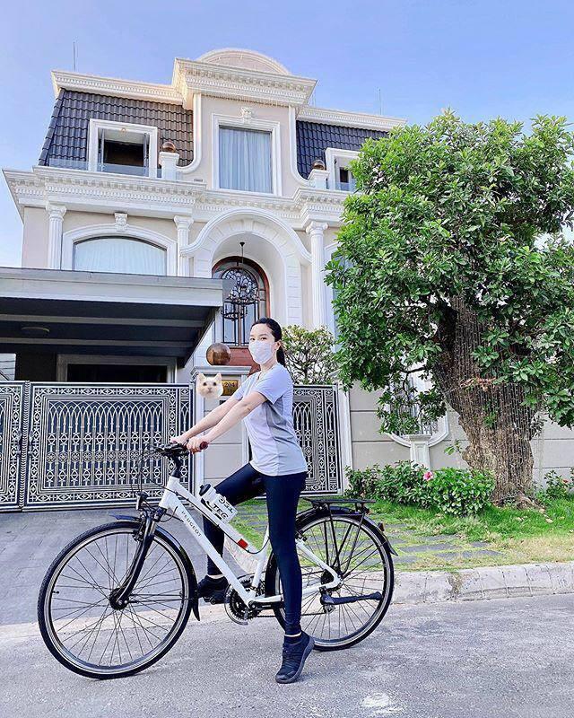 """Mặc váy lụa mỏng tang """"đua"""" xe đạp, Đỗ Mỹ Linh khiến dân tình """"thót tim"""" lo sự cố - 6"""