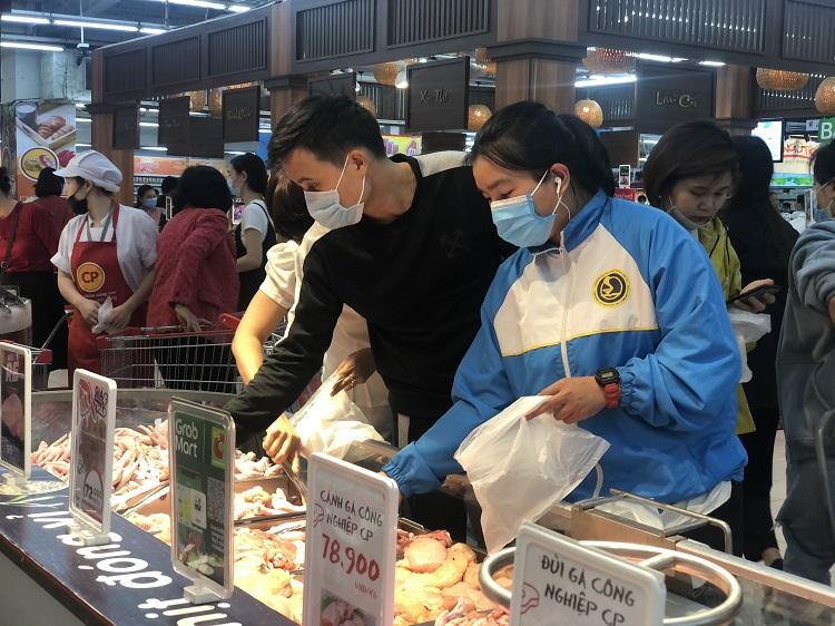 """""""Black Friday"""" một củ khoai lang cũng giảm giá 50%, người Hà Nội chen chân chật kín siêu thị - 4"""