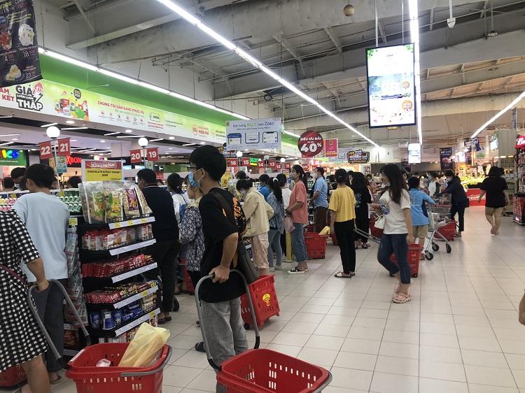 """""""Black Friday"""" một củ khoai lang cũng giảm giá 50%, người Hà Nội chen chân chật kín siêu thị - 7"""