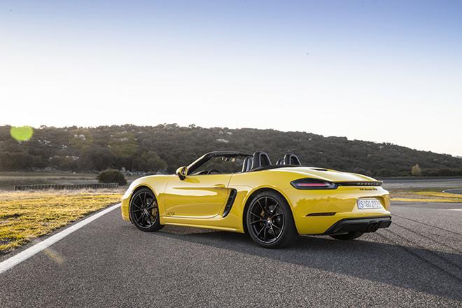 """Shipper """"tận tâm"""" với nghề, lái hẳn Porsche 718 Boxster hơn 4 tỷ đồng đi giao nước - 3"""