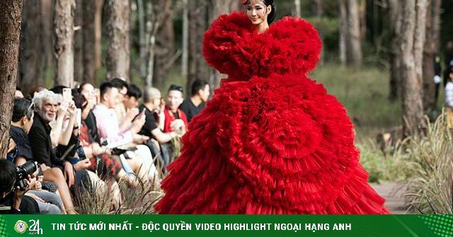 Hoàng Thuỳ làm vedette cho Lý Quí Khánh trong show diễn giữa rừng