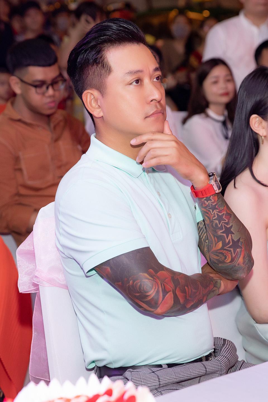 Tuấn Hưng đeo đồng hồ 6 tỷ, theo sát bảo vệ vợ vừa lên chức chủ tịch - 3