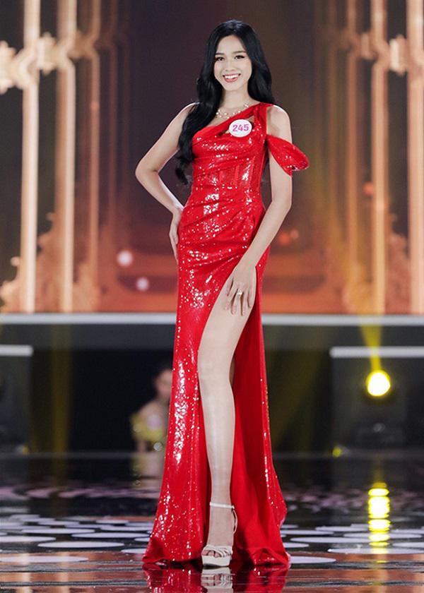 Tân hoa hậu Đỗ Thị Hà khoe chân dài miên man đọ sắc cùng Lương Thùy Linh, thân hình gầy gò gây chú ý
