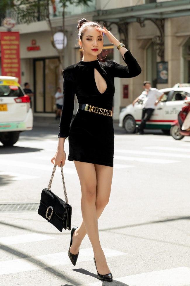 Mặc váy khoét ngay vòng 1, cô gái bất đắc dĩ nổi nhất phố Sài thành