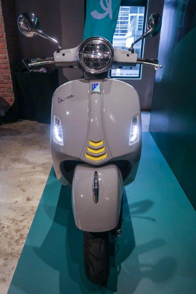 Cận cảnh xe ga hạng sang 2021 Vespa GTS 300 HPE Super Tech - 2