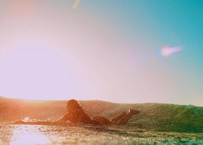 Nữ thần Australia lướt sóng không mặc gì gây ngạc nhiên - 4