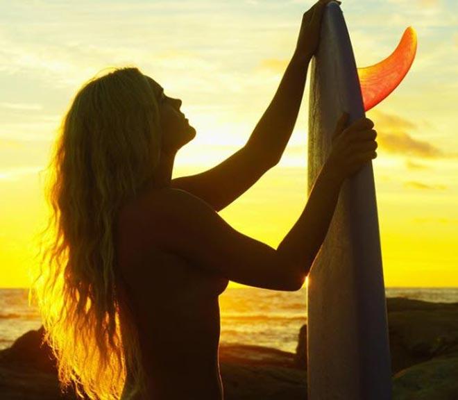 Nữ thần Australia lướt sóng không mặc gì gây ngạc nhiên - 3