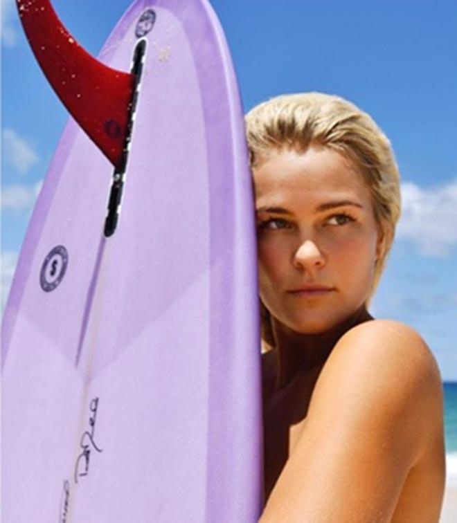 Nữ thần Australia lướt sóng không mặc gì gây ngạc nhiên - 1