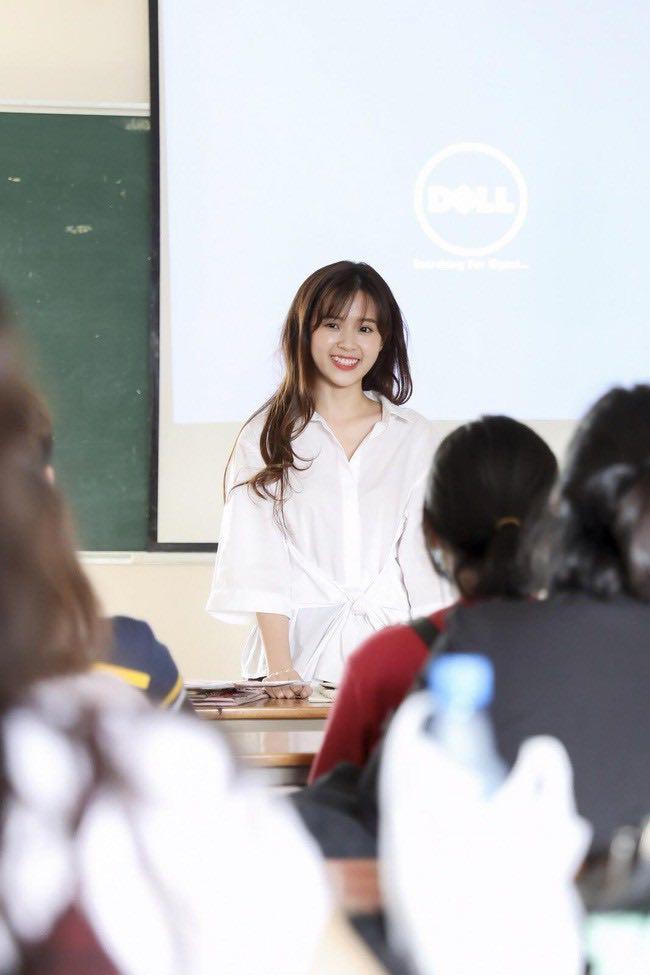 """Thời trang lên lớp của giảng viên Midu khiến sinh viên ngắm """"quên cả học"""" - 1"""