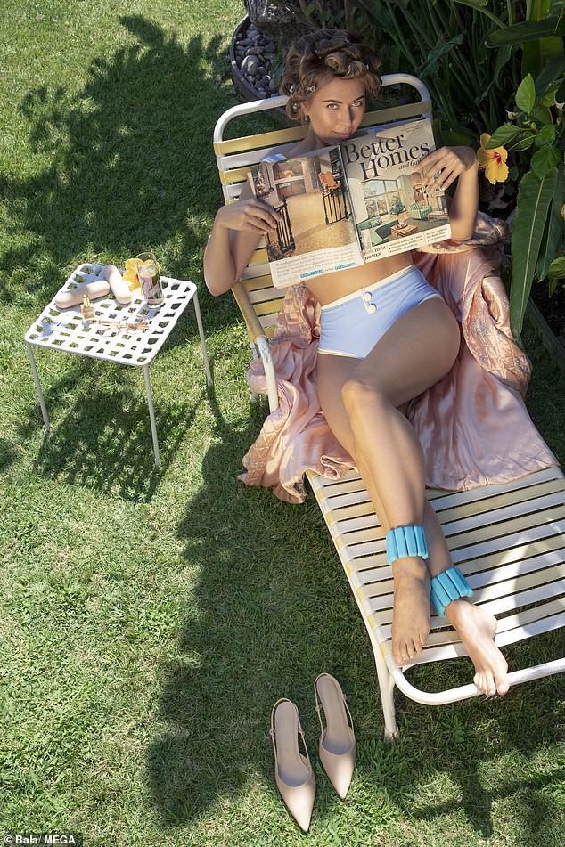 'Búp bê Nga' Maria Sharapova khoe sắc vóc tươi trẻ đầy cuốn hút với bikini - 1