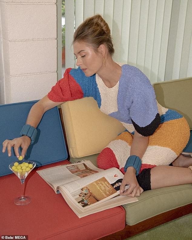 'Búp bê Nga' Maria Sharapova khoe sắc vóc tươi trẻ đầy cuốn hút với bikini - 4