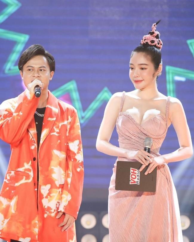 """Hoàng Thùy Linh, bạn gái tin đồn Sơn Tùng bị """"dìm hàng nhan sắc"""" trên truyền hình - 13"""