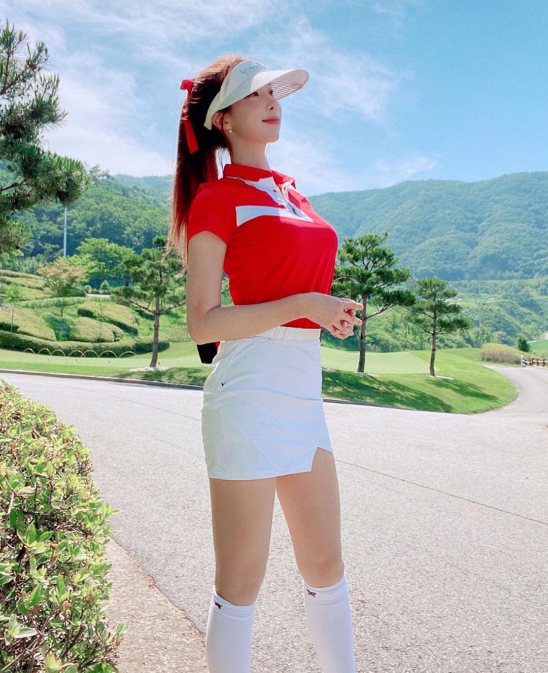 """""""Bông hoa MC thể thao"""" xứ Hàn ngồi như sắp rơi khỏi ghế vì tránh hớ hênh với váy ngắn - 7"""