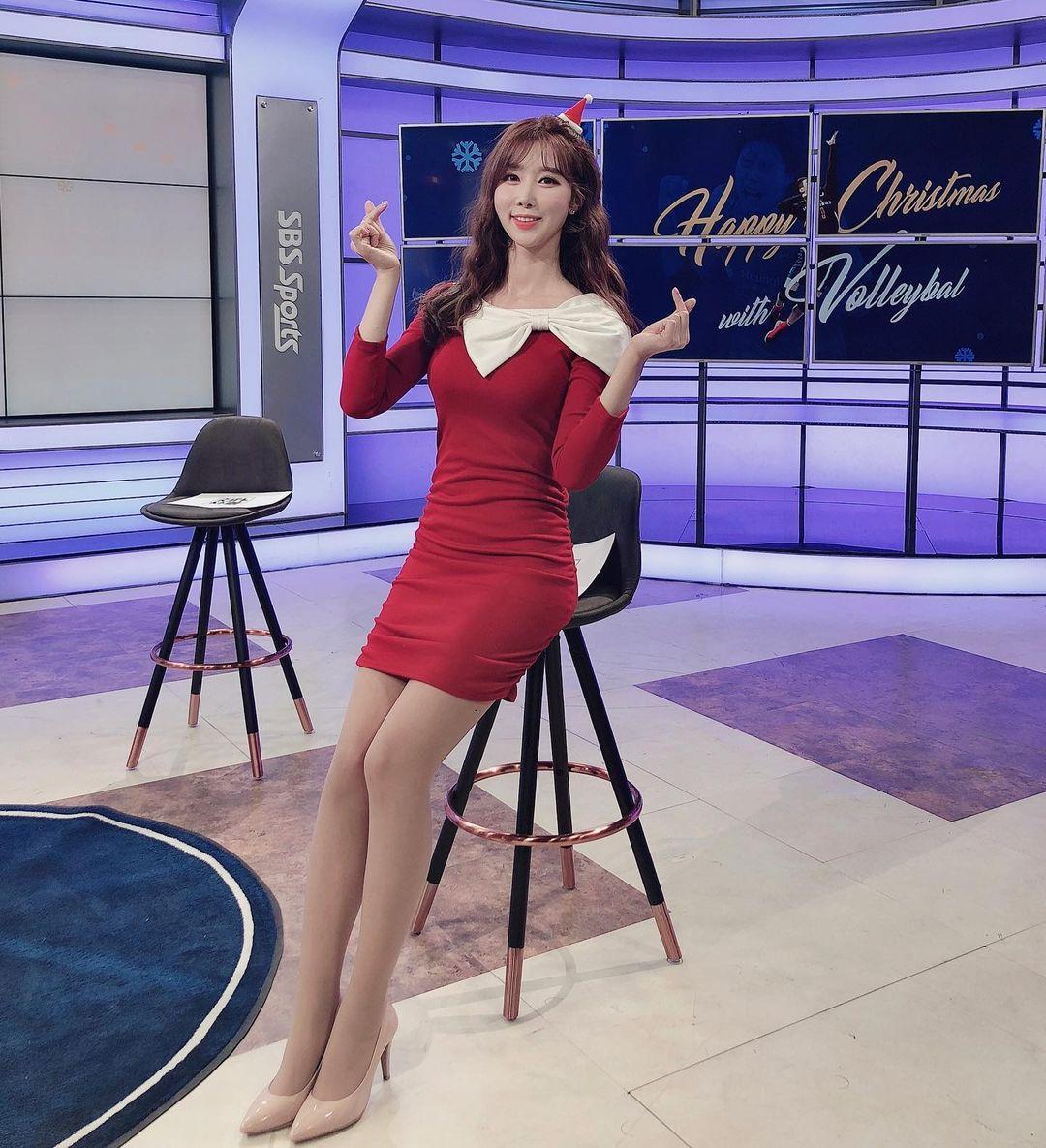 """""""Bông hoa MC thể thao"""" xứ Hàn ngồi như sắp rơi khỏi ghế vì tránh hớ hênh với váy ngắn - 6"""