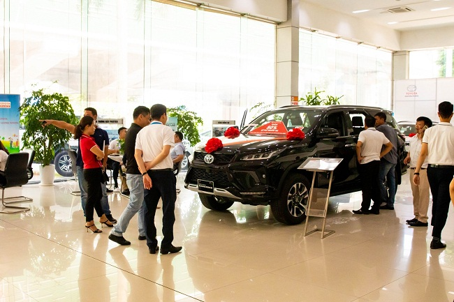 Người dân ùn ùn mua xe mới, giá ô tô vẫn giảm cả trăm triệu đồng - 1