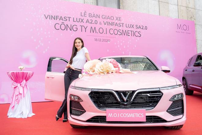 Ca sĩ Hồ Ngọc Hà mạnh tay tậu liền lúc 4 xe ô tô VinFast - 1