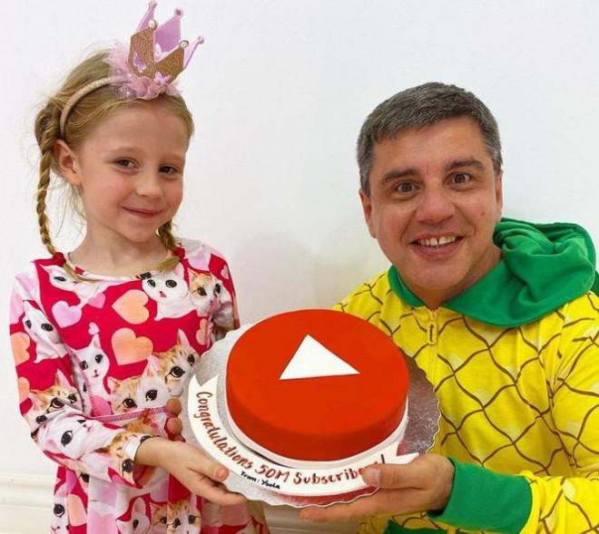 Cậu bé 9 tuổi kiếm 35 triệu USD/năm, dẫn đầu Top 10 YouTuber năm 2020 - 4