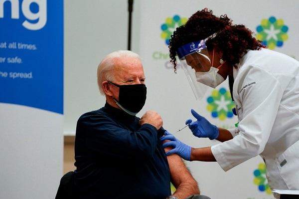 Được tiêm vaccine COVID-19, ông Biden không quên ca ngợi ông Trump - 1