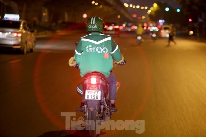 Ảnh: Lái xe công nghệ Hà Nội xoay xở mưu sinh trong thuế phí và giá lạnh - 4