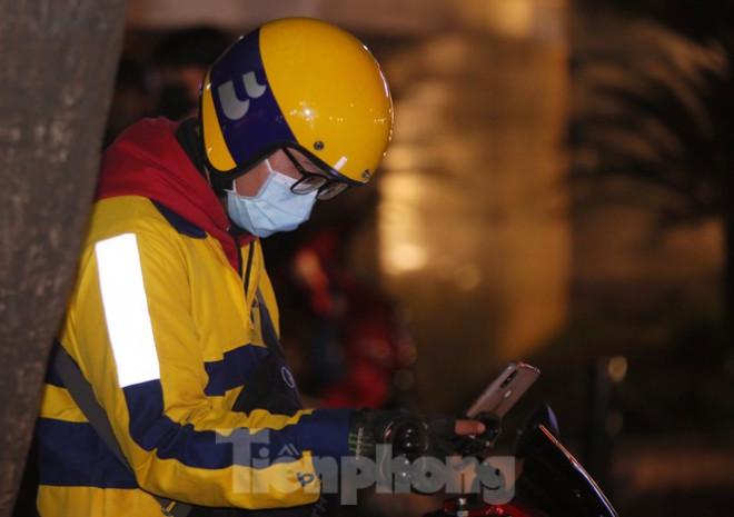 Ảnh: Lái xe công nghệ Hà Nội xoay xở mưu sinh trong thuế phí và giá lạnh - 11