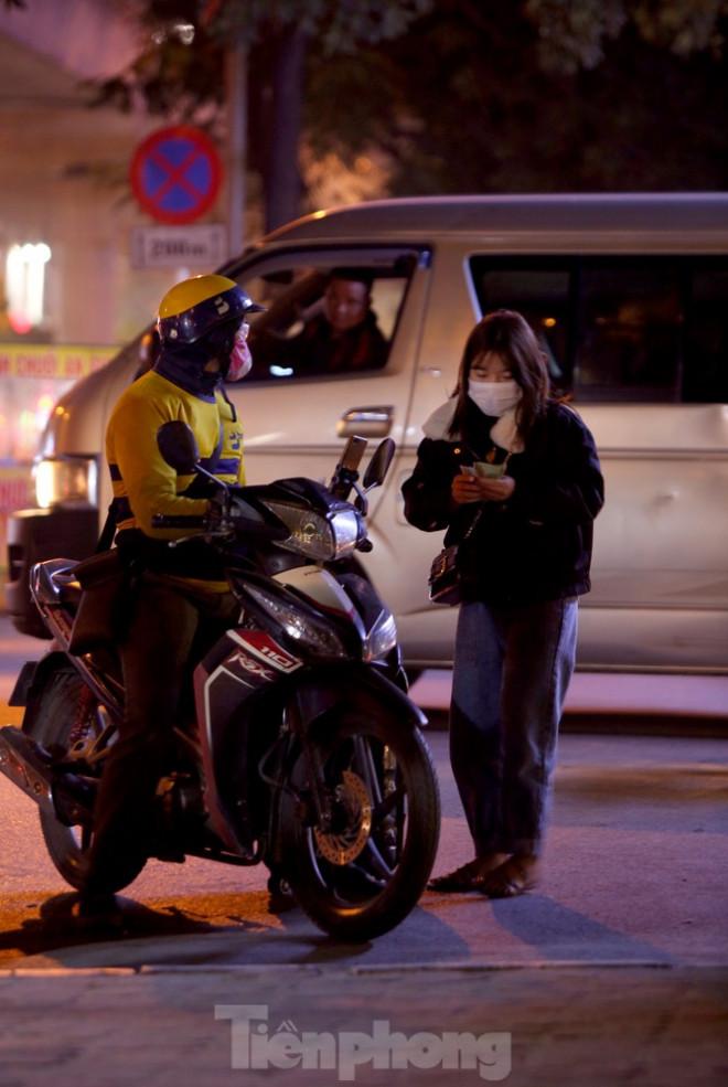 Ảnh: Lái xe công nghệ Hà Nội xoay xở mưu sinh trong thuế phí và giá lạnh - 5
