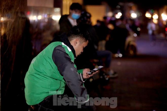 Ảnh: Lái xe công nghệ Hà Nội xoay xở mưu sinh trong thuế phí và giá lạnh - 14