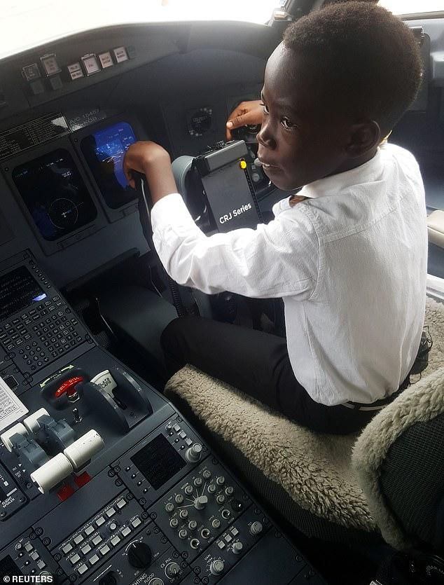 Cậu bé 7 tuổi nổi tiếng nhờ tài lái máy bay - 1