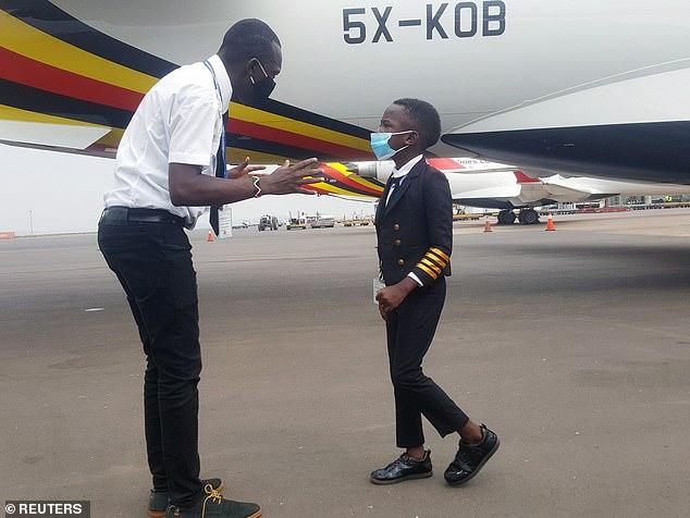Cậu bé 7 tuổi nổi tiếng nhờ tài lái máy bay - 2