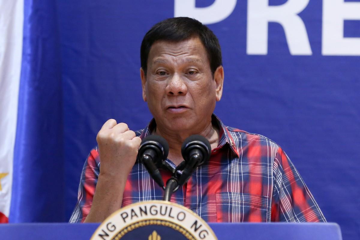"""Philippines dọa """"đuổi"""" quân đội Mỹ nếu không gửi hàng triệu liều vắc xin Covivd-19"""