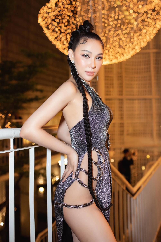 """""""Chân dài giàu nhất làng mốt Việt"""" mặc bạo nhất năm vì váy xẻ hiểm hóc"""