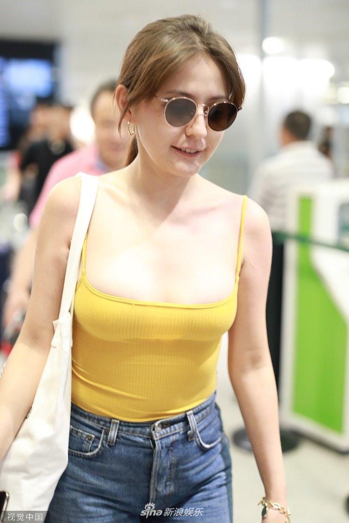 Bất ngờ với gu mặc của mỹ nhân Tân Cương từng là thảm hoạ thời trang sân bay Trung Quốc - hình ảnh 2