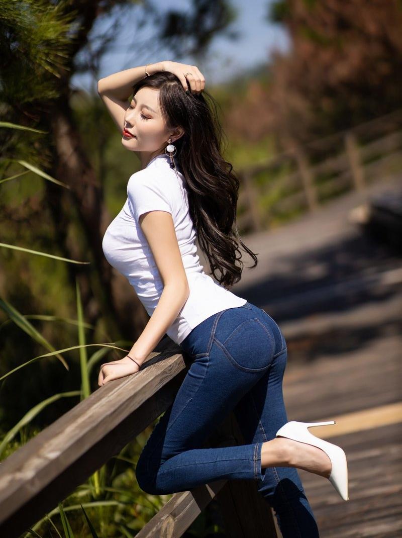 Không cần đồ hở, cô gái này vẫn chiếm spotlight vì mặc quần jean tôn dáng 10 điểm - hình ảnh 2