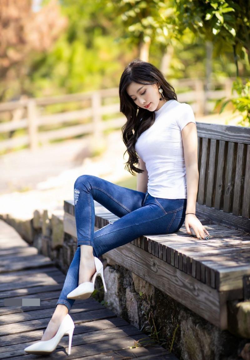 Không cần đồ hở, cô gái này vẫn chiếm spotlight vì mặc quần jean tôn dáng 10 điểm - hình ảnh 4