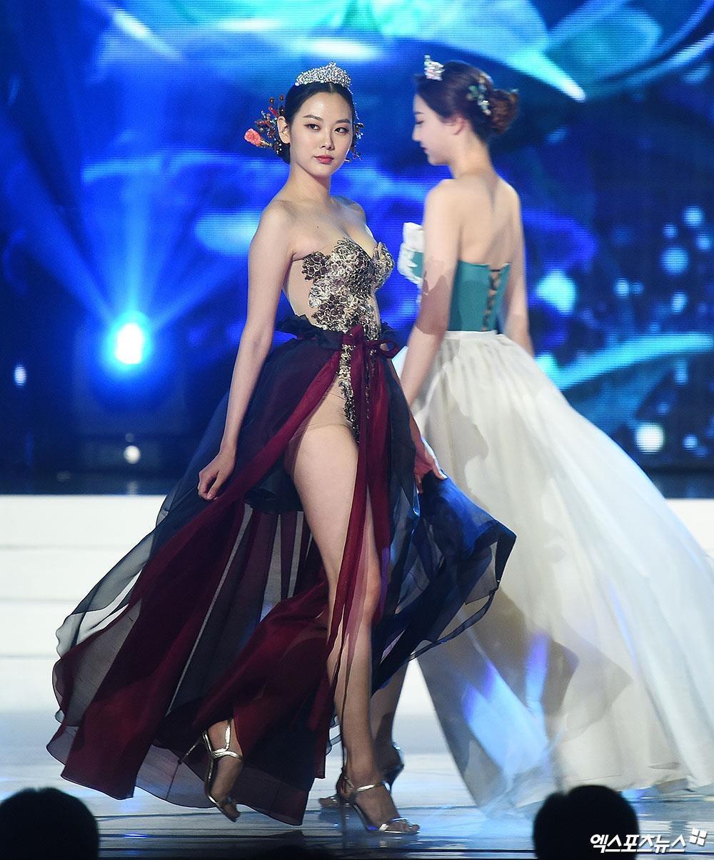 Nữ thần gym xứ Hàn diện áo sườn xám 'toang đúng chỗ hiểm' khiến cư dân mạng Trung Quốc phẫn nộ - hình ảnh 3
