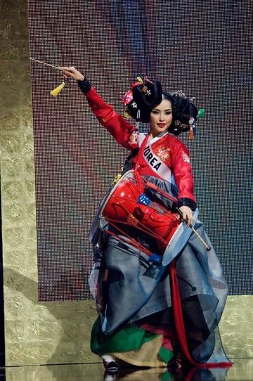 Nữ thần gym xứ Hàn diện áo sườn xám 'toang đúng chỗ hiểm' khiến cư dân mạng Trung Quốc phẫn nộ - hình ảnh 4