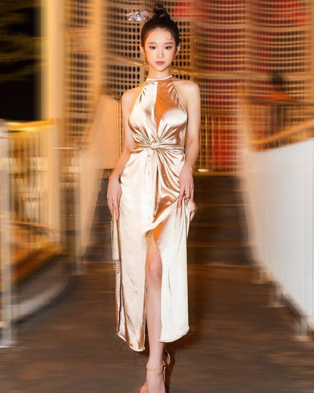 Linh Ka thu hút sự chú ý vào vòng 1 vì mặc váy lụa không nội y - hình ảnh 1