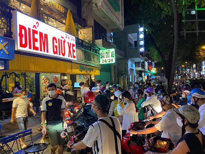Người dân ùn ùn đổ về trung tâm Sài Gòn chờ đón năm mới 2021 - hình ảnh 3