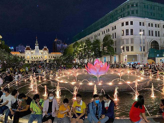 Người dân ùn ùn đổ về trung tâm Sài Gòn chờ đón năm mới 2021 - hình ảnh 1