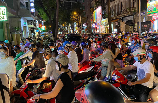 Người dân ùn ùn đổ về trung tâm Sài Gòn chờ đón năm mới 2021 - hình ảnh 4