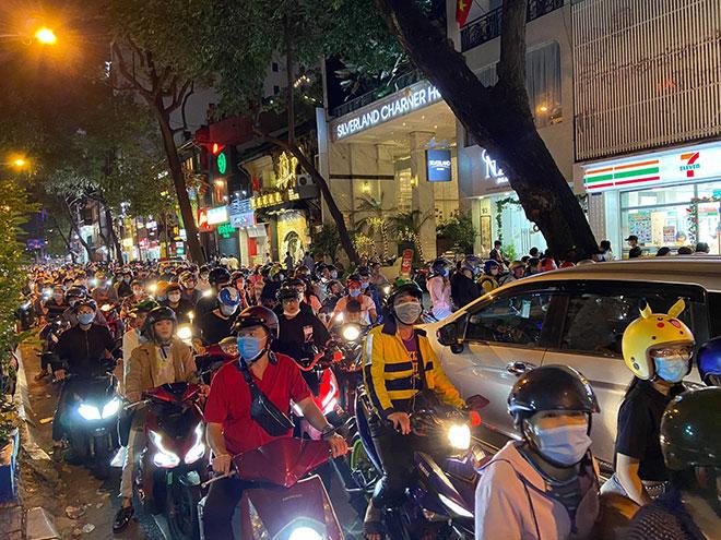 Người dân ùn ùn đổ về trung tâm Sài Gòn chờ đón năm mới 2021 - hình ảnh 2