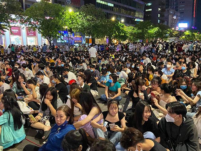 Người dân ùn ùn đổ về trung tâm Sài Gòn chờ đón năm mới 2021 - hình ảnh 8