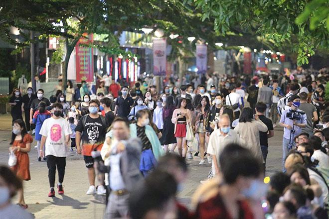 Người dân ùn ùn đổ về trung tâm Sài Gòn chờ đón năm mới 2021 - hình ảnh 5