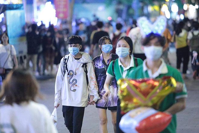 Người dân ùn ùn đổ về trung tâm Sài Gòn chờ đón năm mới 2021 - hình ảnh 9