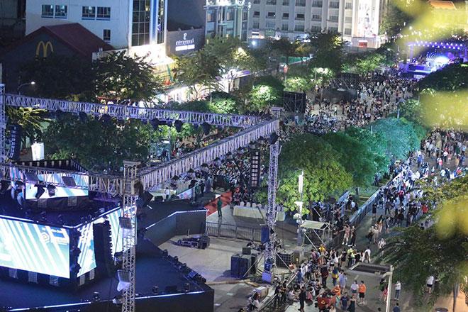 Người dân ùn ùn đổ về trung tâm Sài Gòn chờ đón năm mới 2021 - hình ảnh 6