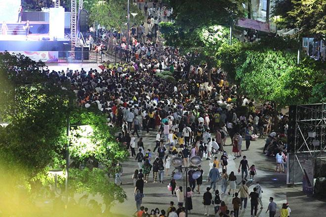 Người dân ùn ùn đổ về trung tâm Sài Gòn chờ đón năm mới 2021 - hình ảnh 7